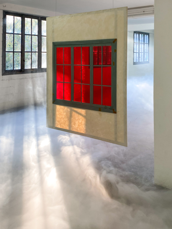 vue instalation smoke red painting — Charlotte Houette, Artiste